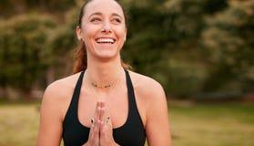 Überzeugtes sportliches weibliches übendes Yoga stockfotografie