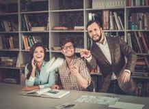 Überzeugtes Team von den Ingenieuren, die Spaß in einem Architektenstudio haben Stockbild