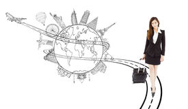 Überzeugtes Ziehen der jungen Frau Gepäck für weltweite Reise Stockfotos