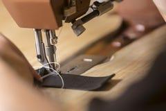 Überziehen Sie auf einer Handelsnähmaschine genäht werden mit Leder stockfotografie