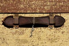 Überziehen Sie Griff auf einem alten Koffer mit Leder Lizenzfreie Stockbilder