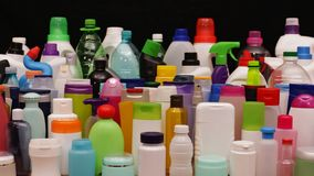 Übliche Plastikflaschen und Behälter von einem Durchschnittshaushalt stock video