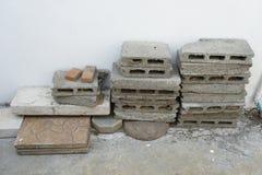 Übrig gebliebene Baumaterialien nach Bau Stockfotos