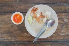 Übrig gebliebenes Lebensmittel auf Platz nach Frühstück über hölzerner Beschaffenheit lizenzfreie stockfotografie