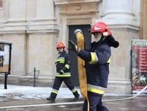 Übt Feuerwehr im alten Stadtteil im Winter aus Beseitigung des Feuers und der Naturkatastrophen Notfallschutzse lizenzfreies stockbild