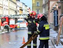 Übt Feuerwehr im alten Stadtteil im Winter aus Beseitigung des Feuers und der Naturkatastrophen Notfallschutzse lizenzfreie stockfotografie