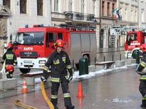 Übt Feuerwehr im alten Stadtteil im Winter aus Beseitigung des Feuers und der Naturkatastrophen Notfallschutzse lizenzfreie stockfotos