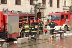 Übt Feuerwehr im alten Stadtteil im Winter aus Beseitigung des Feuers und der Naturkatastrophen Notfallschutzse lizenzfreie stockbilder