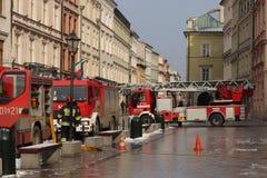 Übt Feuerwehr im alten Stadtteil im Winter aus Beseitigung des Feuers und der Naturkatastrophen Notfallschutzse stockfotografie