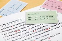 Übung der englischen Grammatik auf Tabelle stockfotos