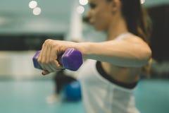 Übung der jungen Frau mit Gewichten Lizenzfreie Stockfotografie