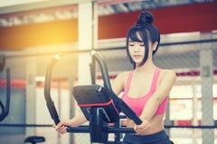 Übung der jungen Frau an der Turnhalle stockfoto