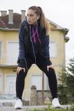Übung der jungen Frau vor dem Laufen Lizenzfreies Stockfoto