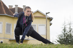 Übung der jungen Frau vor dem Laufen Lizenzfreies Stockbild