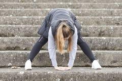 Übung der jungen Frau vor dem Laufen Stockfotografie