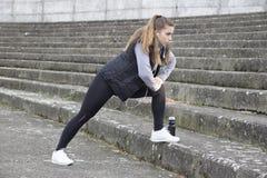 Übung der jungen Frau vor dem Laufen Stockbild