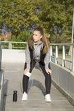 Übung der jungen Frau vor dem Laufen Stockbilder