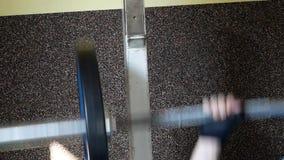Übung in der Turnhalle Bodybuilder in der Gymnastik stock footage