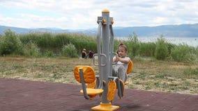 Übung des kleinen Mädchens im Freien auf Eignungsausrüstung stock footage