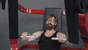 Übung für die Muskeln von Kasten Bodybuilder Übung auf Simulator in der Turnhalle tuend stock video