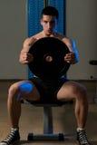 Übung für Schultern Front Plate Raise Stockfoto