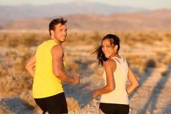 Übung - laufendes Schauen der Paare glücklich stockfoto