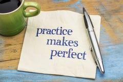 Übung macht den Meister Rat oder Anzeige auf Serviette Stockfotografie
