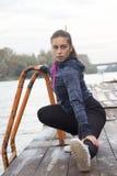 Übungen der jungen Frau durch den Fluss Lizenzfreie Stockfotos