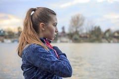 Übungen der jungen Frau durch den Fluss Stockbilder