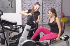 Übungen der jungen Frau in einer Turnhalle Lizenzfreies Stockbild