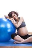 Übungen der schwangeren Frau der Junge mit dem Ball Stockbild