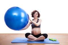 Übungen der schwangeren Frau der Junge mit dem Ball Stockbilder