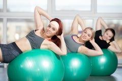 Übungen für dünne Taille auf Bällen Lizenzfreie Stockfotografie
