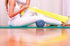 Übungen mit dem Gummiband, das tibial Tarsal verstärkt lizenzfreies stockbild