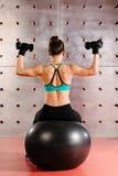 Übungen mit Handgewichten lizenzfreie stockbilder