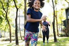 Übungs-Tätigkeits-Familien-draußen Vitalitäts-gesundes Konzept lizenzfreies stockbild