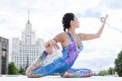 Übungs-Yoga-Frau Lizenzfreie Stockbilder