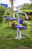 Übungsausrüstung in einem tropischen Garten Stockfotografie