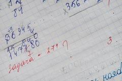 Übungsbuch eines Studenten mit Zahlen Stockfotos