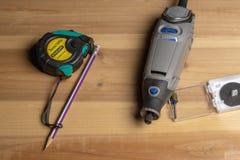 Übungsdrehwerkzeug, -Maßband und -bleistift auf dem Möbelfreien raum lizenzfreies stockbild