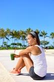 Übungsfrau, die grünen Gemüsesmoothie trinkt Lizenzfreie Stockfotografie