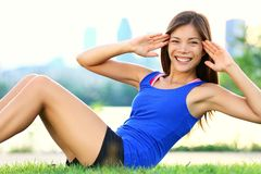 Übungsfrau - sitzen Sie ups Training Stockbild