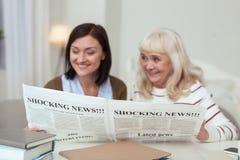 Üppige ältere Frauen- und Pflegekraftlesewitze lizenzfreie stockfotografie