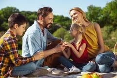 Üppige Eltern, die Picknick mit ihren Kindern haben Stockfotografie