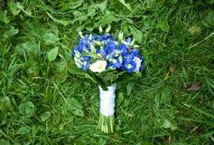Üppiger blauer Hochzeitsblumenstrauß lizenzfreie stockfotos