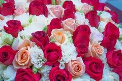 Üppiger Blumenstrauß von Rosen, von Rot und von Rosa Stockfotos