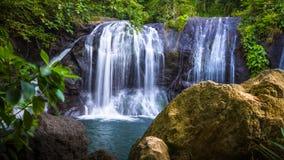 Üppiger Dschungel-Wasserfall lizenzfreie stockbilder