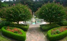Üppiger Garten mit Brunnen Lizenzfreie Stockfotos
