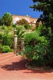 Üppiger Garten vor einem Landhaus Stockbilder