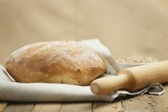 Üppiges Brot auf einem Tuch stockfoto